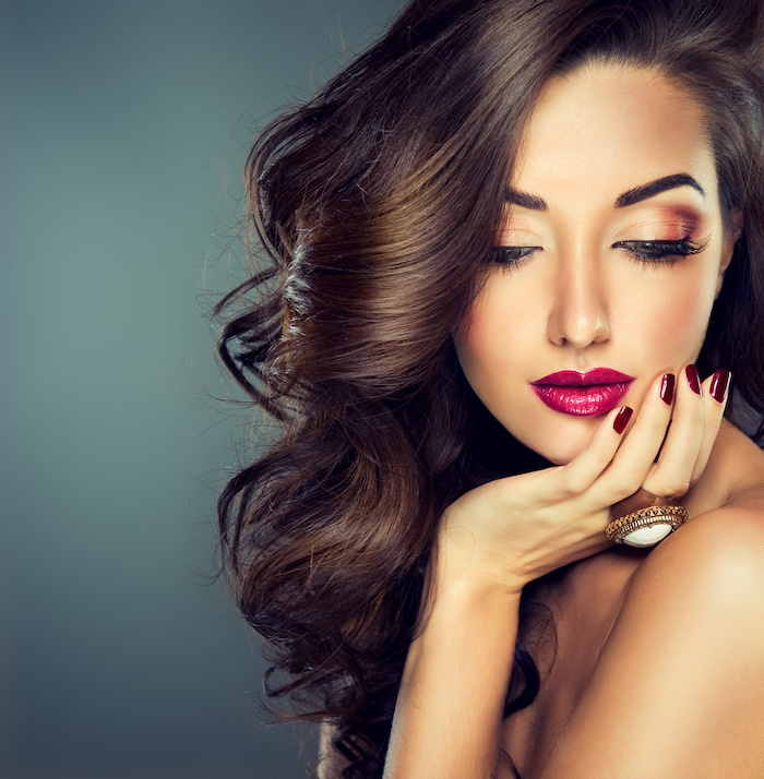 eyeshadow looks, woman with long brown wavy hair, nude brown eyeshadow colors, pink lipstick