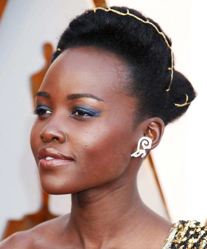 lupita nyongo, photographed on the red carpet, how to do eyeshadow, blue eyeshadow colors and eyeliner, nude lipstick
