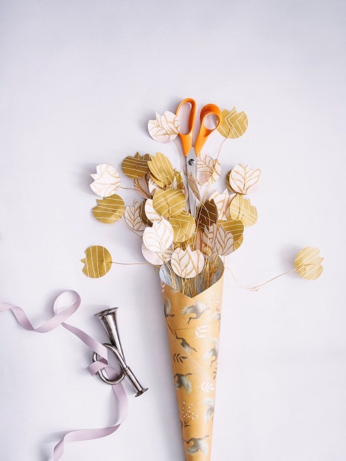 paper flowers threaded with a wire, gathered in a bouquet, diy paper flowers, vase made out of paper