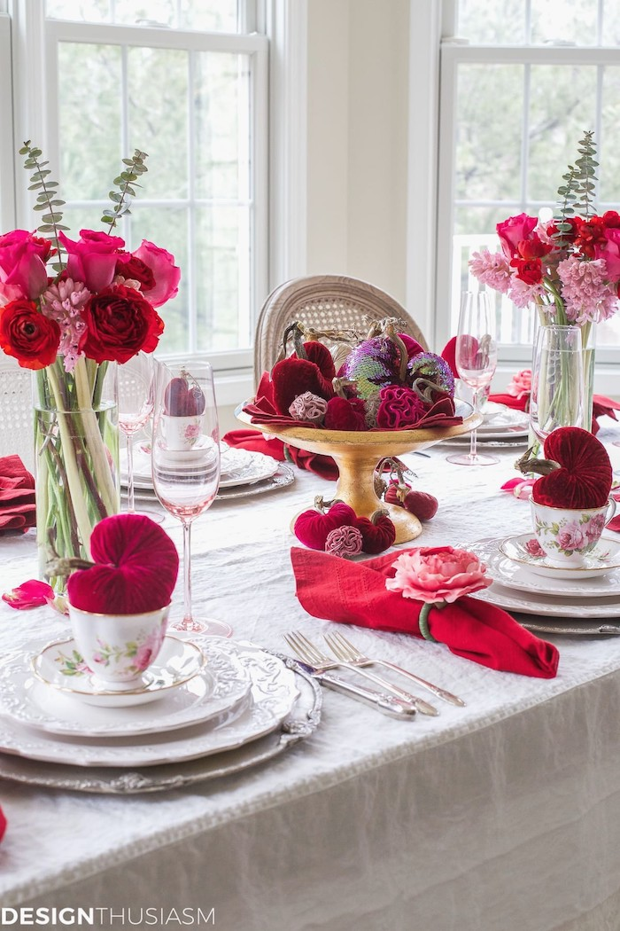 dinner tale with flower bouquets, valentines home decor, red napkins and pink champagne glasses, vintage coffee cups