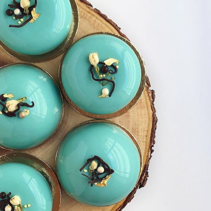 how to make glaze for cake, five one tier mini cakes, covered with turquoise glaze, flower decorations on top