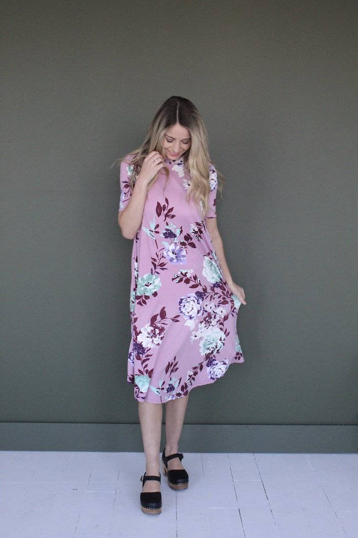 sundresses for women, blonde woman wearing pink dress with floral print, black sandals