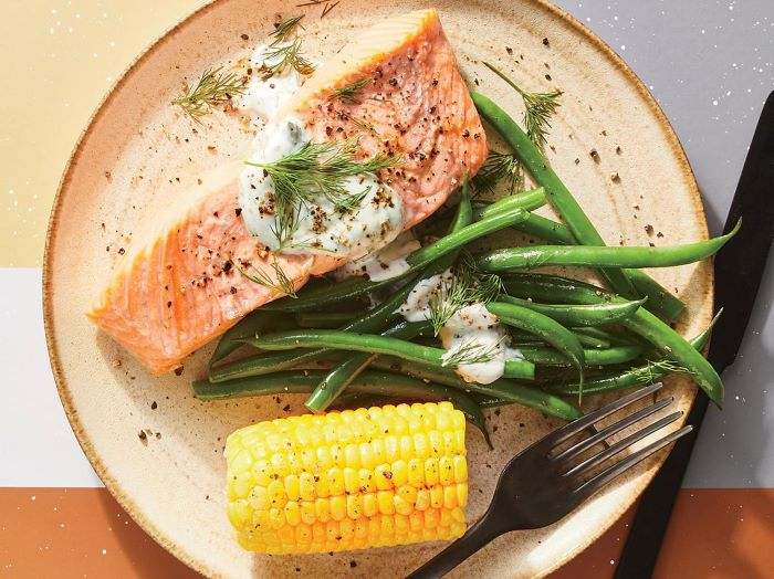 smoked salmon with green beans and corn on the side, easy dinner ideas for two, creamy sauce on top