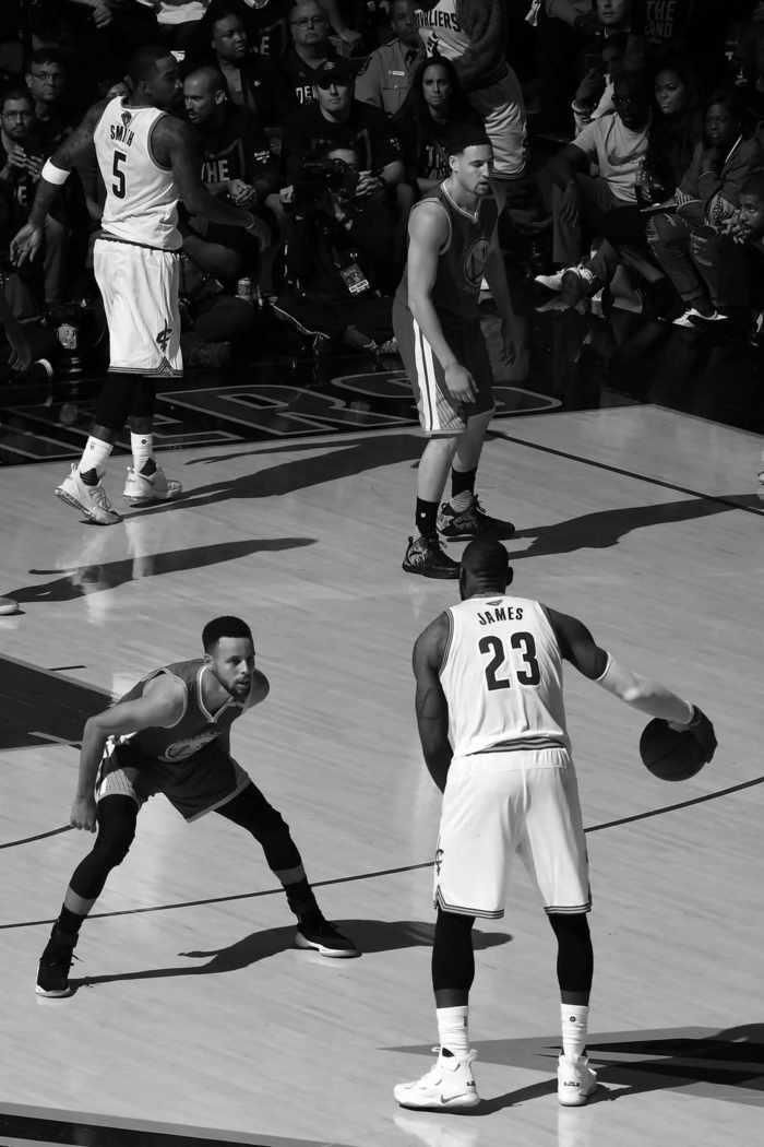 stephen curry against lebron james, both on the court, nba wallpaper, black and white photo, cleveland cavaliers vs golden state warriors