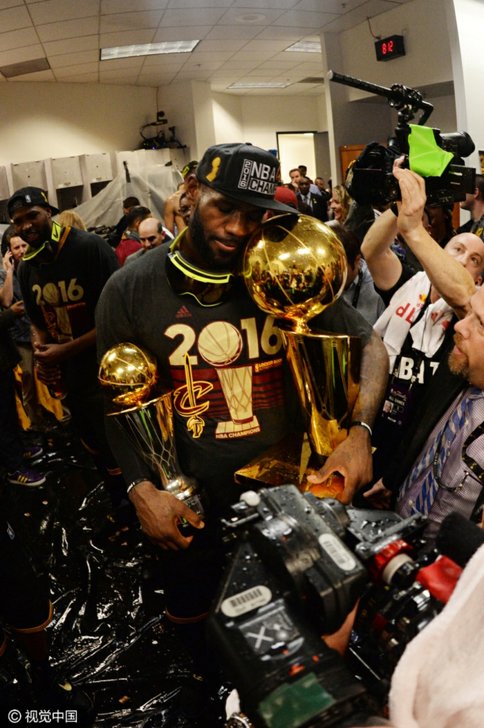lebron james 2016 finals, holding finals mvp trophy, larry o brien trophy, wallpaper basketball, cleveland cavaliers