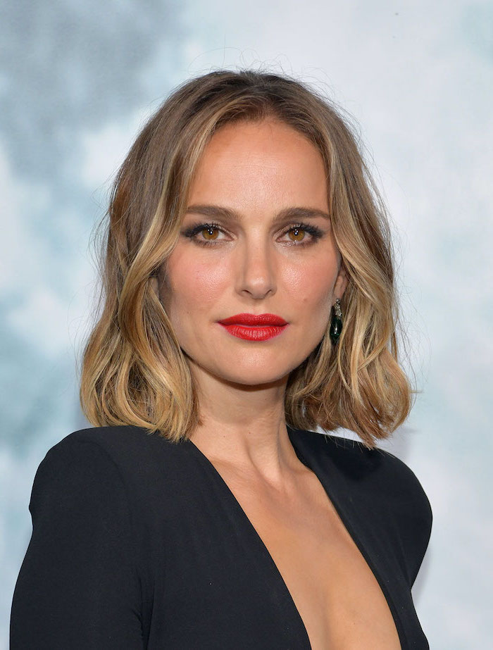 black dress worn by natalie portman on the red carpet shoulder length dark blonde hair with highlights haircut for thin hair to look thicker