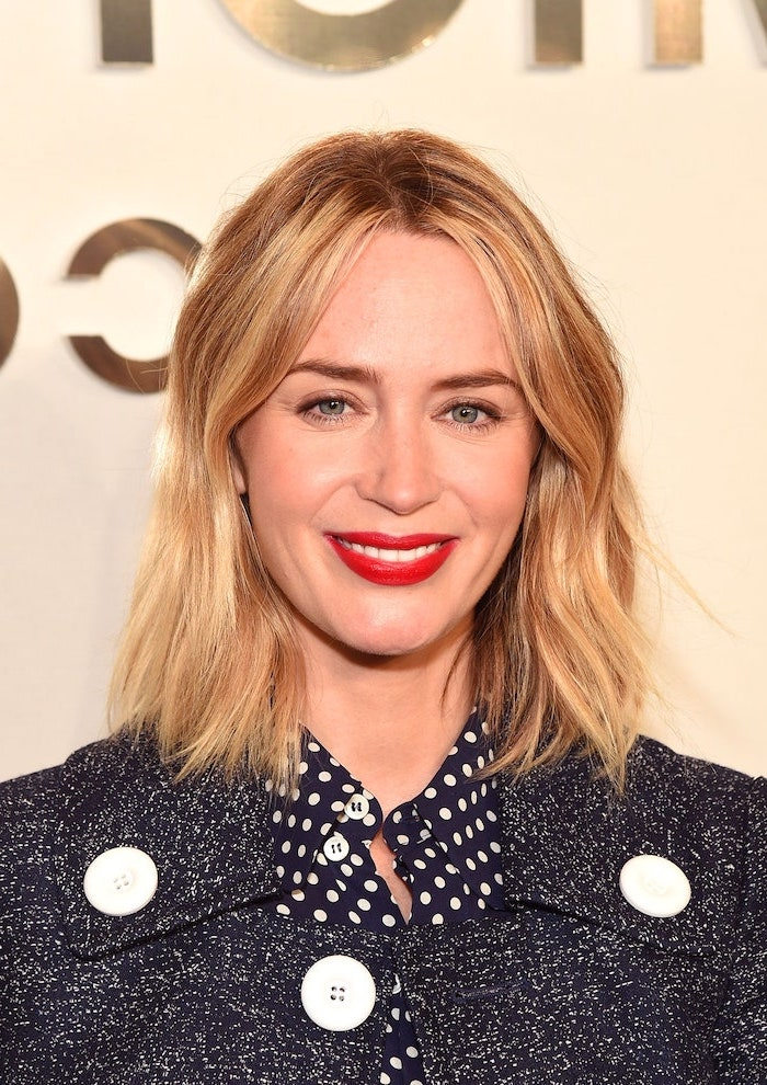 emily blunt with shoulder length blonde wavy hair short haircuts for fine hair wearing black shirt with white dots black coat