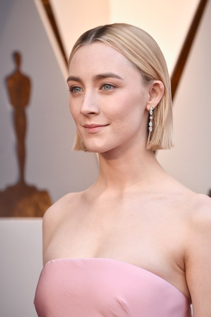 haircut for thin hair to look thicker saoirse ronan wearing strapless pink dress on the red carpet with straight blonde hair separated in the middle