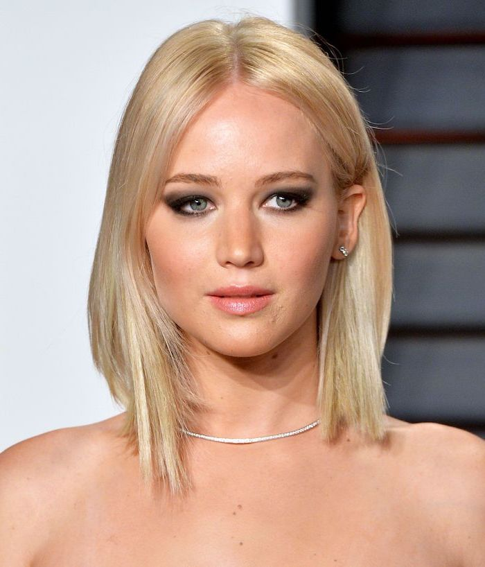 jennifer lawrence on the red carpet with straightened blonde hair separated in the middle short haircuts for fine hair wearing diamond necklace