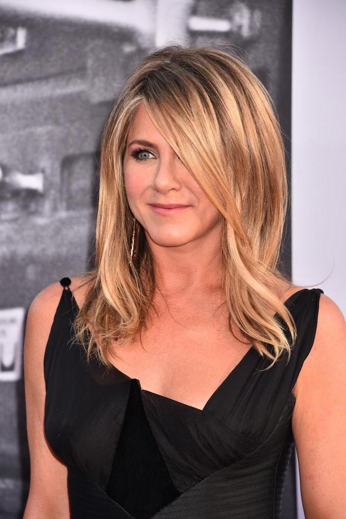 medium length hairstyles for thin hair jennifer aniston wearing black dress blonde hair with side bangs and blonde highlights