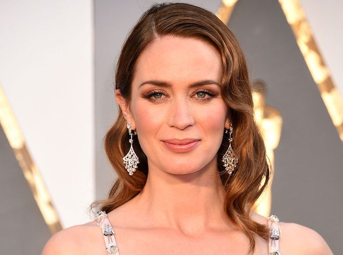 short haircuts for fine hair emily blunt with shoulder llength brunette curly hair on the red carpet