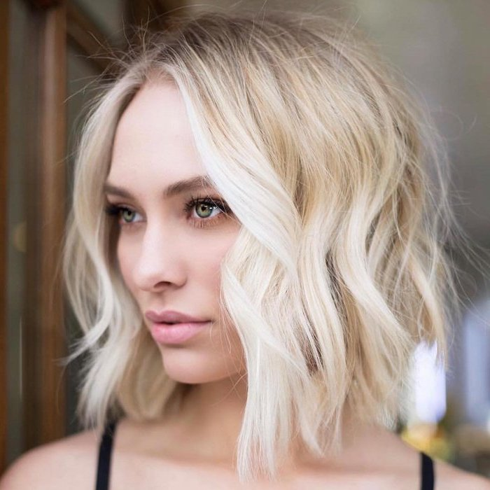 short hairstyles for thin hair woman with green eyes with shoulder length blonde wavy hair