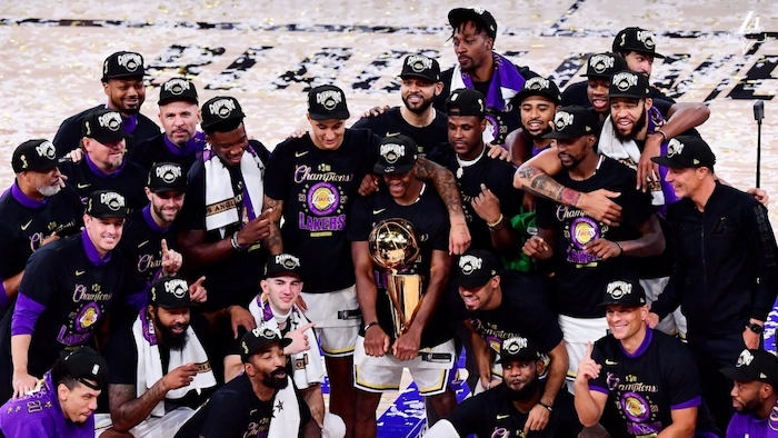los angeles lakers team standing in the middle of the court posing for photo lebron james wallpaper 2020 nba finals