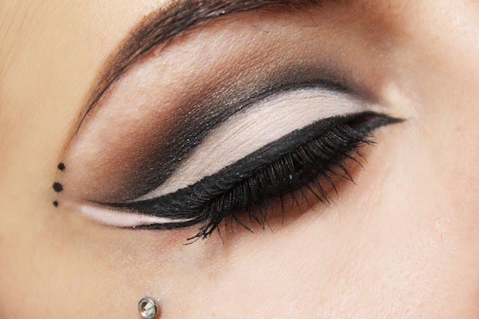 black eyeliner with two lines winged eyeliner for hooded eyes white black and brown eyeshadow smoky eye makeup