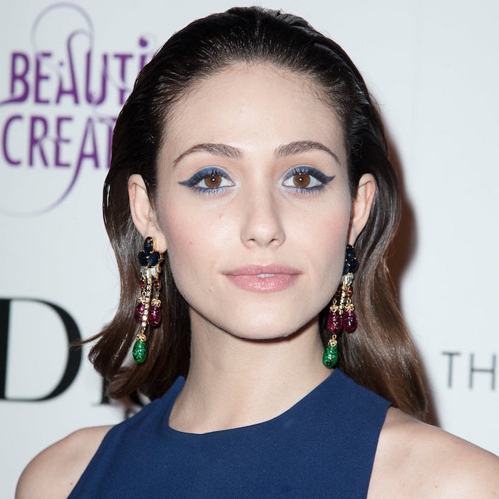 how to do winged eyeliner emmy rossum on the red carpet wearing blue dress blue eyeliner