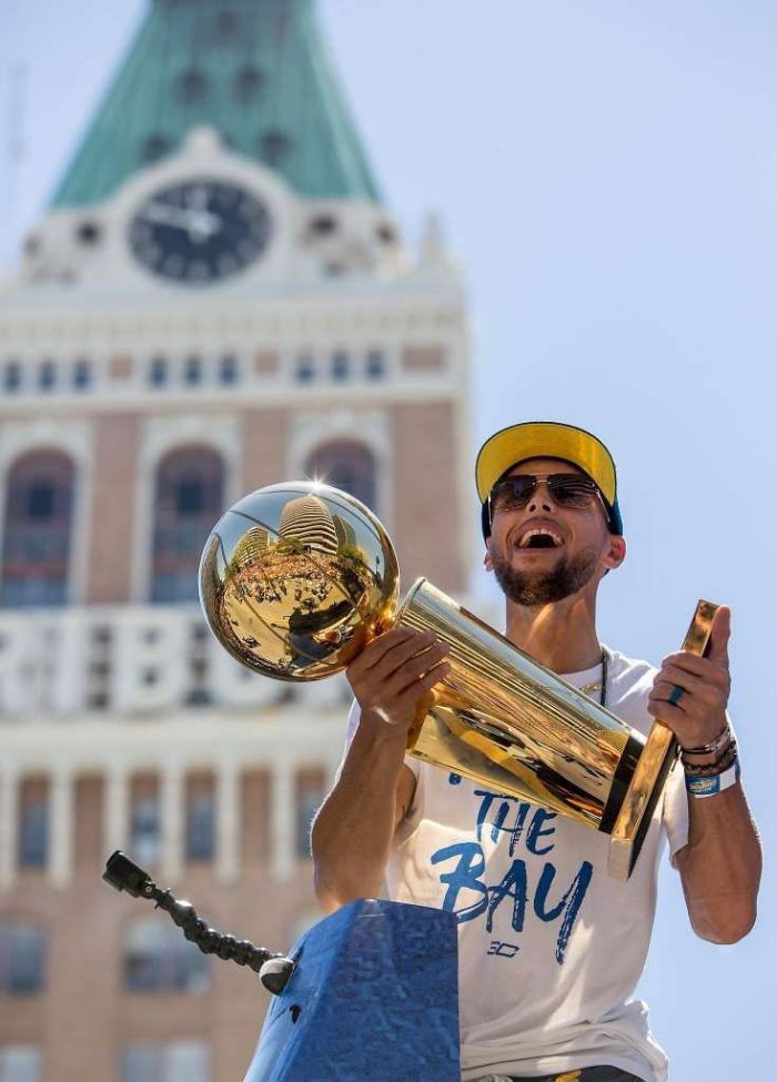 basketball pictures wallpaper steph holding the larry o brien trophy championship parade
