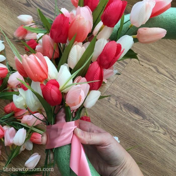 easter crafts for adults how to make a tulip wreath with tulips in different shades of pink and white