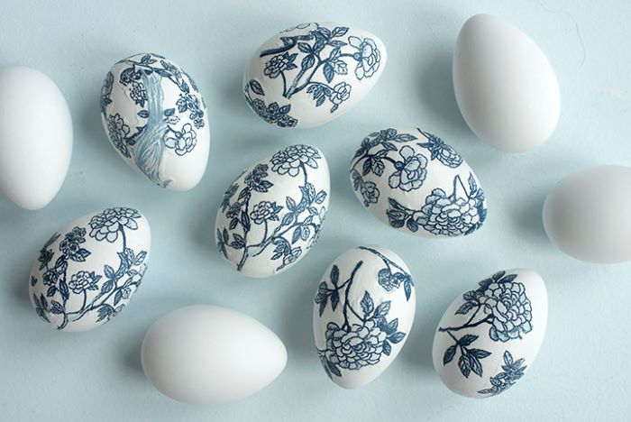 how to dye eggs white eggs decorated with napkins with blue flowers decoupage