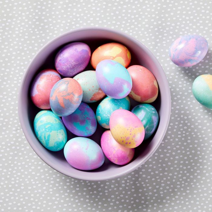 how to dye eggs with food coloring marble eggs decorated in pink purple blue orange yellow in purple bowl