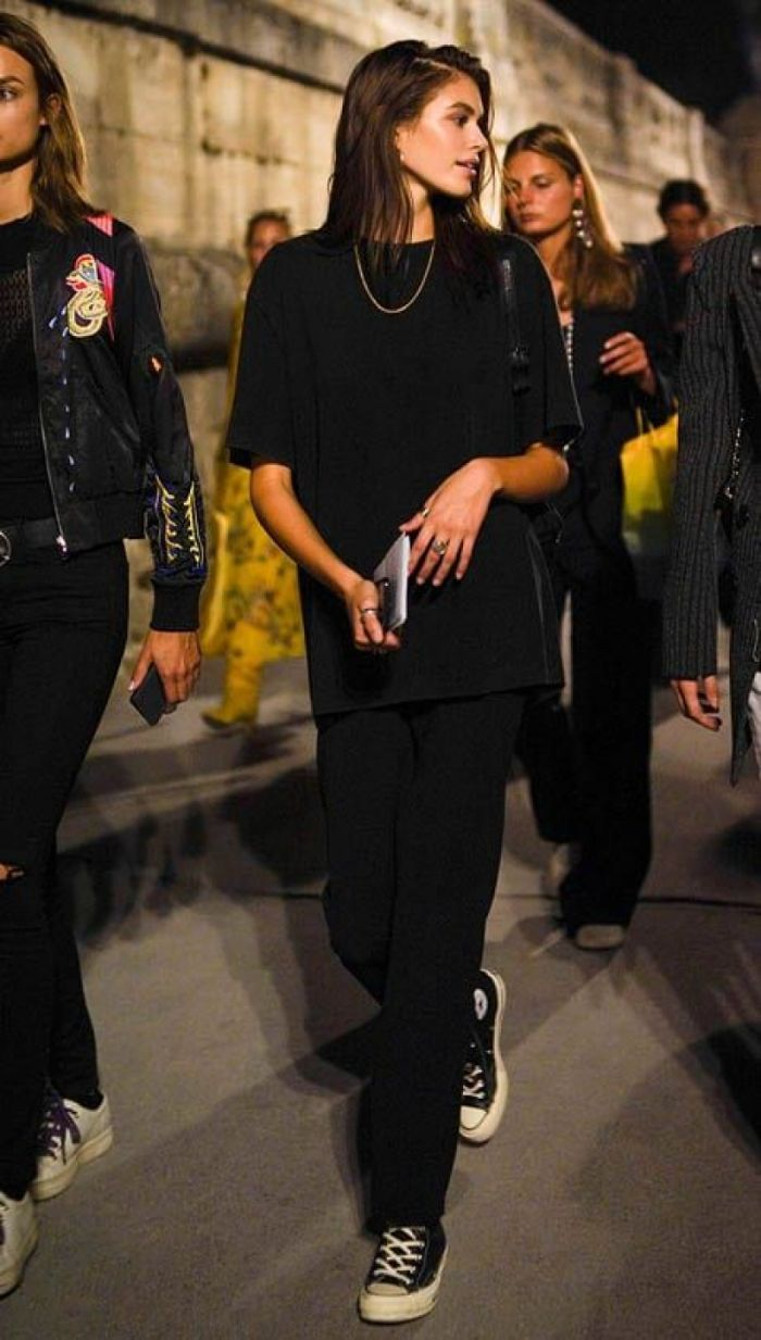kaia gerber wearing black trousers oversized black t shirt clothes for teenage girls black converse shoes