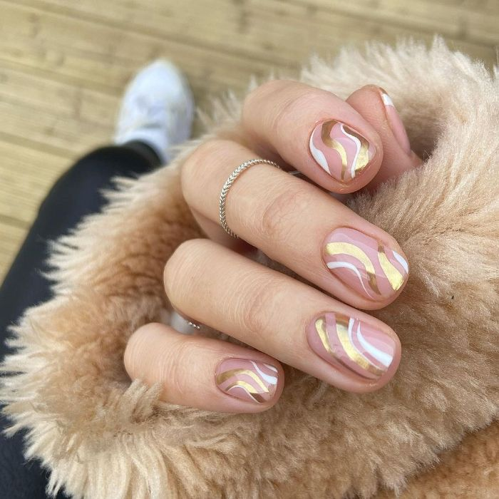 summer nail designs gold and white swirls and lines on short sqoval nails