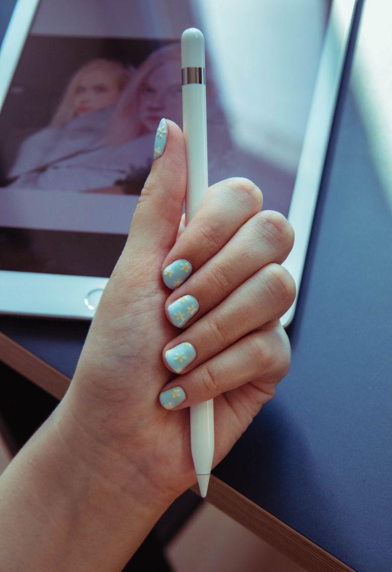 blue summer nail designs white daisies
