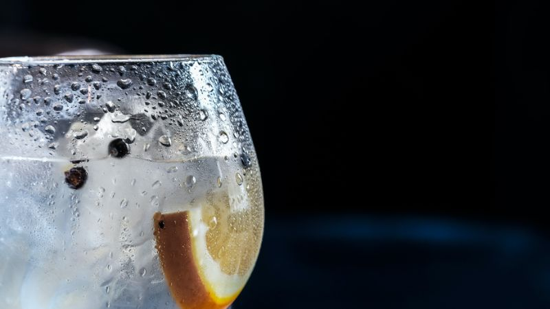 gin drink recipes close up photo with black pepper