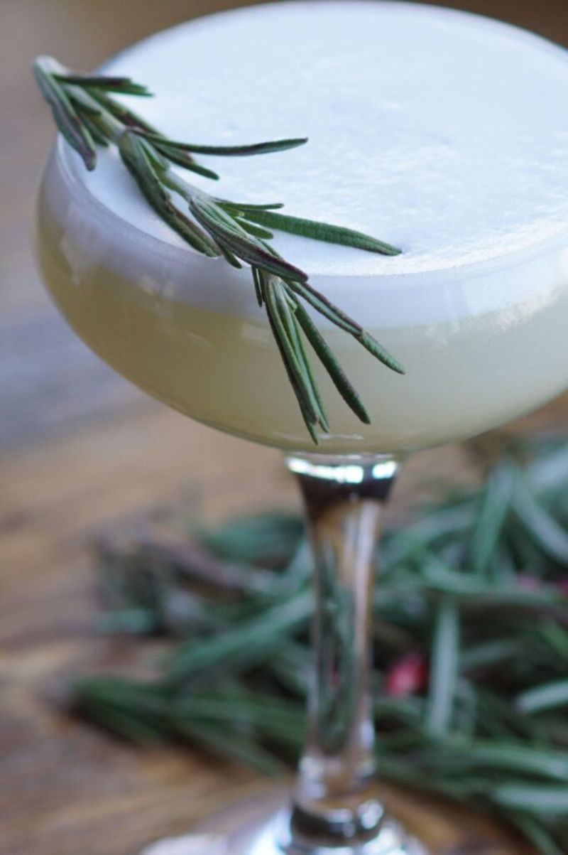 green virgin gin mixed drinks with rosemary